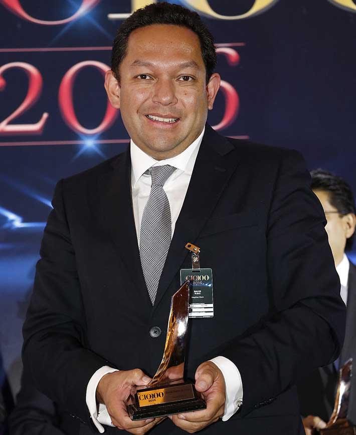 David Rubio Rentería, Gerente de Tecnologías de la Información y Comunicaciones, Siegfried Rhein, en la entrega de los Premios CIO100 2016 - Décima Primera Edición.